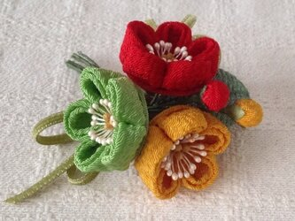 〈つまみ細工〉梅三輪とベルベットリボンの髪飾り(赤黄緑)の画像