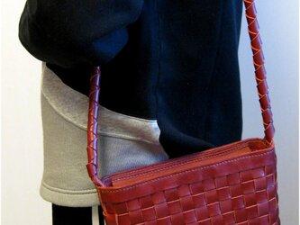赤の牛革で出来たスクエア編みのショルダーの画像