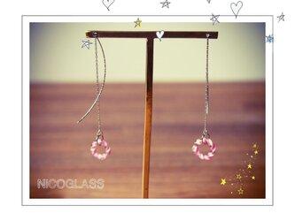 ゆらゆら揺れるリングピアス・ピンクの画像