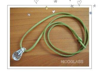 しずくの形のゆらぎ玉ネックレス・紐黄緑の画像