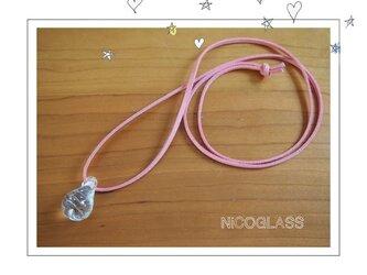 しずくの形のゆらぎ玉ネックレス・紐ピンクの画像