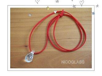 しずくの形のゆらぎ玉ネックレス・紐赤の画像