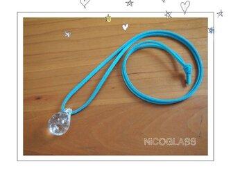 しずくの形のゆらぎ玉ネックレス・紐水色の画像