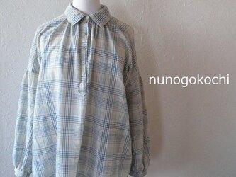 リネンの入ったアッシュブルーチェックのオーバーシャツの画像