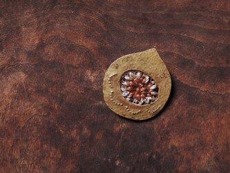 栗刺繍のブローチの画像