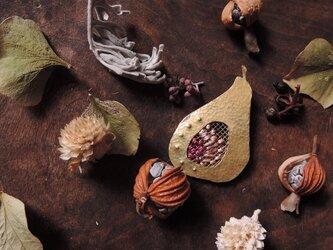 洋梨刺繍ブローチの画像