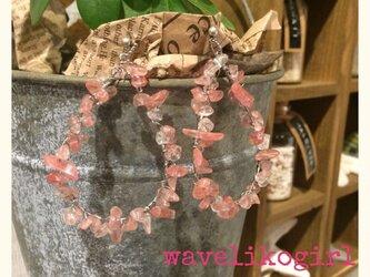 ピンク珊瑚のランダムピアスの画像