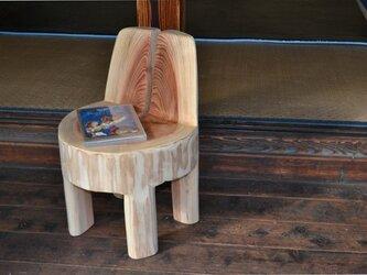 絵本を読む時に♪ 無垢丸太のメルヘンな椅子の画像