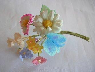 春色の小さいブーケコサージュ(水色蝶々)の画像