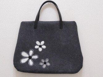 花のフェルトバッグ~チャコールグレー~ペールグリーン~の画像