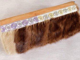 ヌメ革の刺繍ミンクファークラッチバッグの画像