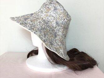 リバティベージュの帽子(リバーシブル)の画像