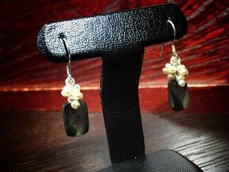 SALE= スクエア黒蝶貝と小雪パールのピアス - silver -の画像