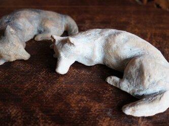 「うたた寝」 白 犬の置物 ペーパーウェイトの画像