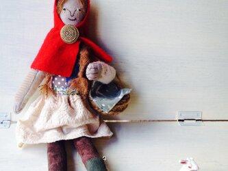 赤いマントの女の子の画像