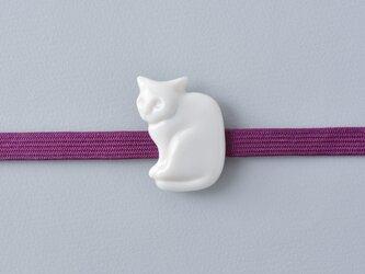 白磁の帯留・白猫の画像