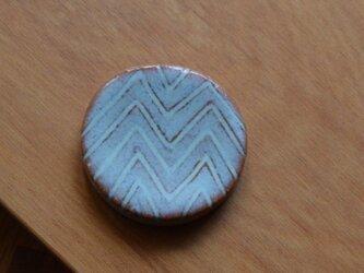 陶器のブローチ まる型  (ヘアゴム変更可)の画像