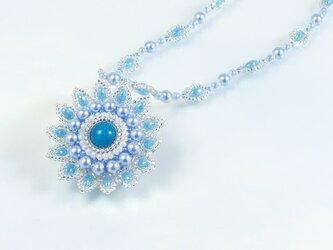 フラワーモチーフのネックレス ブルーの画像