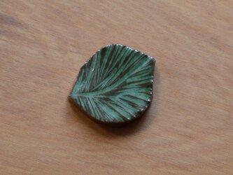 陶器のブローチ 葉っぱ  (ヘアゴム変更可)の画像