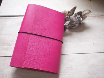 本革 難・A5手帳カバー 鮮やかピンクでくるんと 切り口直線の画像