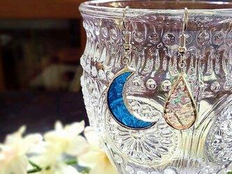 ステンドグラス 月と雫のピアス~ブルー~の画像
