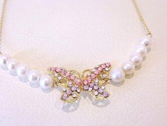 【女性の魅力がupする】キラキラ蝶蝶とパールのネックレスの画像