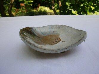 天然ワラ灰釉 変形足付き皿の画像