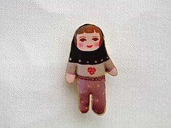 お洒落な頭巾人形ブローチの画像