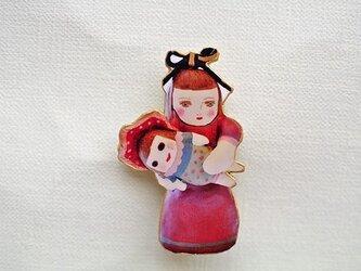 生きている人形ブローチの画像