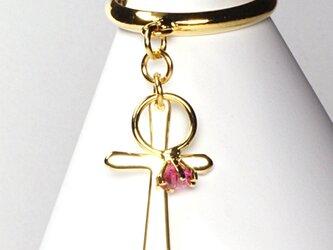 小さなローズの指輪と金色の十字架が揺れるゴールド・リングの画像