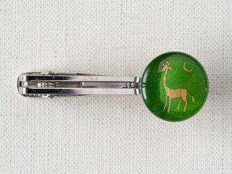 ネクタイピンL09/キリンと三日月の画像