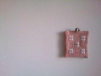 花モチーフの裂き織りポットマットAの画像