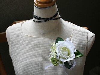 どんなお色にも合わせやすい上品な雰囲気の白バラのコサージュの画像