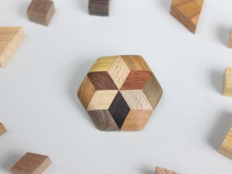 寄木の星が入った六角ブローチの画像