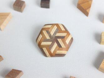 寄木のストライプ六角ブローチの画像