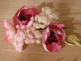 赤いバラと小花のコサージュの画像
