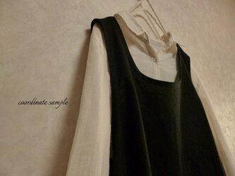 コットンリネンのUネック変形裾ワンピース:黒の画像