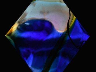 ブルー&イエローのガラスパネルの画像