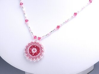 スワロフスキーの花模様のサークルペンダント・ピンクの画像