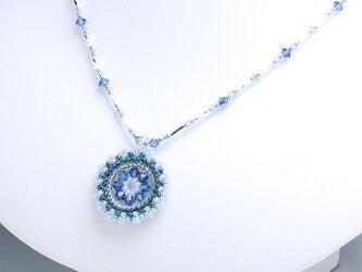 スワロフスキーの花模様のサークルペンダント・ブルーの画像
