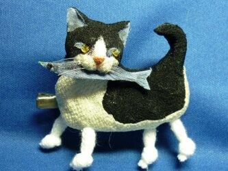 もも様御予約品☆サンマをくわえた黒白猫さんの画像