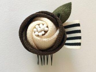 【つまみ細工】髪飾り*まるっこ椿茶*リボン付の画像