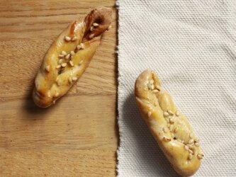 パンのブローチ(白ごまのツイストパン)の画像