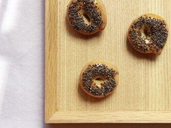 パンのブローチ(黒ケシの実のベーグル)の画像