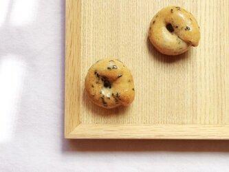パンのブローチ(黒ごまのベーグル)の画像