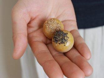 パンのブローチ2個セット(白黒ケシの実のパン)の画像