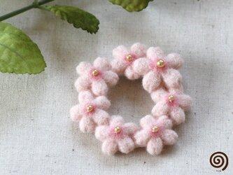 桜の花のリースブローチの画像