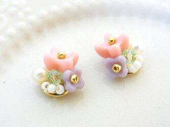 花束とパールのイヤリング pink(ピアス変更可)の画像