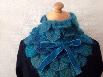 うろこ編みのサンカクミニマフラー ブルーの画像