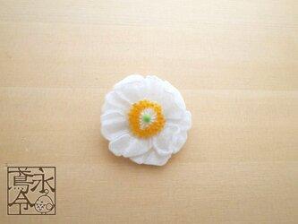 ブローチ 白色のアネモネの画像